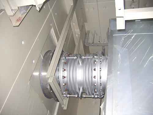 排気管貫通部塞ぎ板取付
