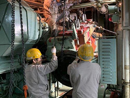 船舶発電機用機関搬入2