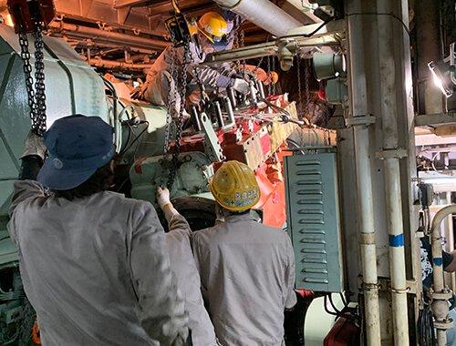 船舶発電機用機関搬入3