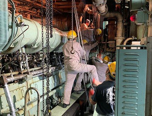 船舶発電機用機関搬入4
